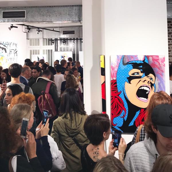 Catwoman-de-l'artiste-Gomor-en-exposition-à-la-galerie-Sakura lors du vernissage Super Street Art