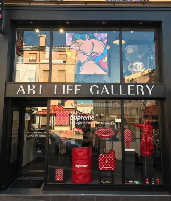 Photo de la galerie art life lors de l'exposition supreme avec toile de Gomor My Love