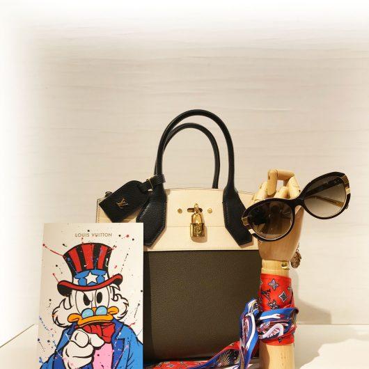 Vitrine avec accessoires foulard Louis Vuitton avec Gomor