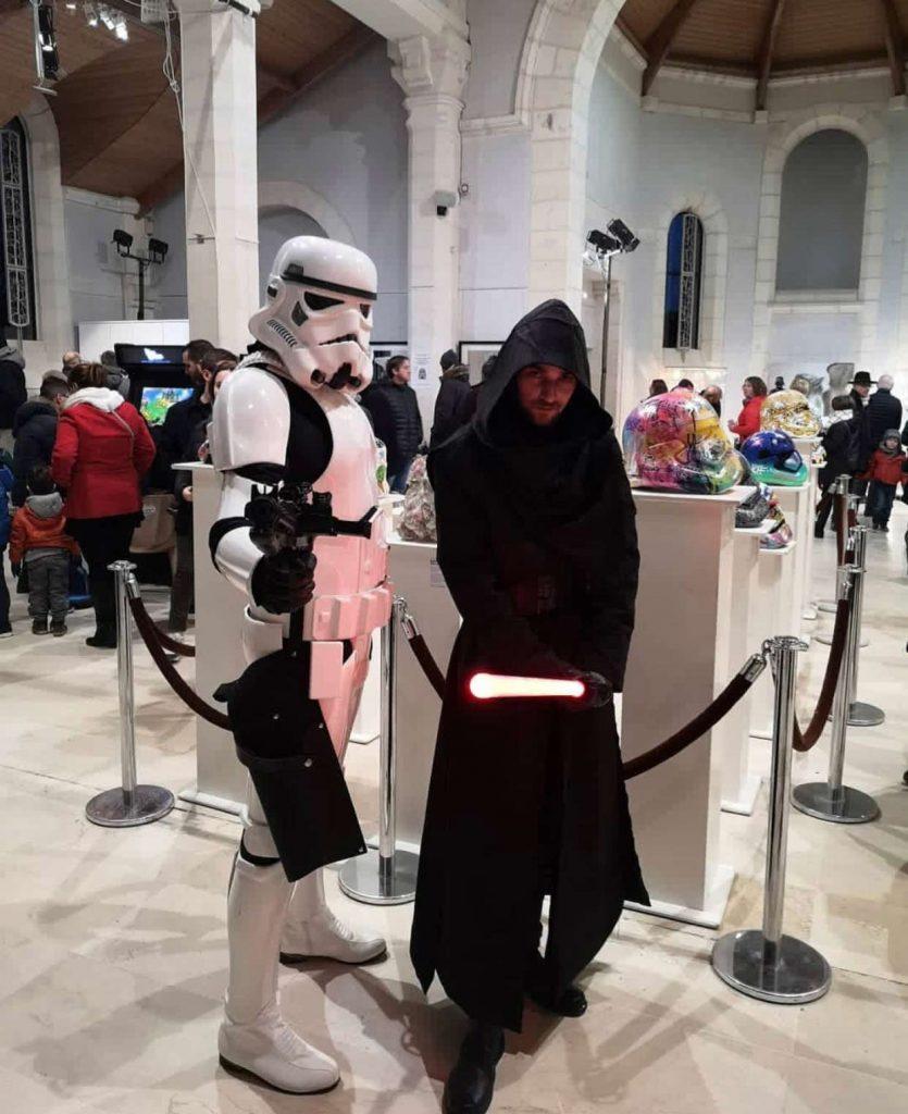 casques de storm trooper l exposition contre attaque de la galerie sakura autour de la saga Star Wars